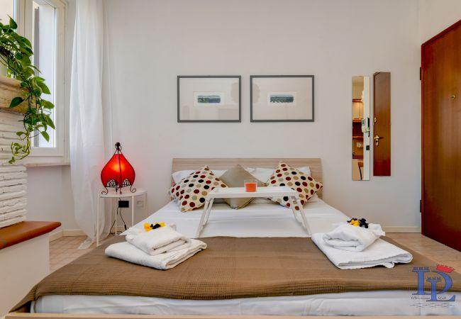 Studio in Desenzano del Garda - Desenzanoloft: APPARTAMENTO PORTO VECCHIO FRONTE DARSENA (CIR 017067-CNI-00600)