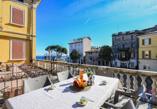 Апартаменты на Desenzano del Garda - МЕЧТА.. 2-х комнатная кв с 2-я туал. и видом на озеро CIR 017067-CIM-00361